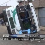 Microbús se vuelca con treinta pasajeros a bordo