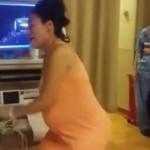 Embarazada baila para aliviar los dolores del parto