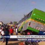 Piura: 30 pasajeros salvan de morir en accidente