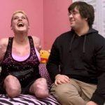 YouTube: Mujer sin brazos cautiva al internet con un canal de belleza