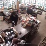 """YouTube: Intenta asaltar una tienda pero le """"voltean la torta"""""""