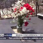 Piura: Pese a prohibiciones deudos llevan recipientes con agua a cementerios