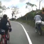 Campesino deja en ridículo a ciclistas