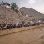 Huaycoloro: Pobladores arriesgan su vida para tomar fotos del huaico