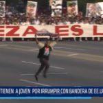 Cuba: Joven irrumpe con bandera de EE.UU. en desfile