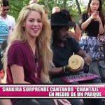 """Shakira sorprende cantando """"Chantaje"""" en medio de un parque"""