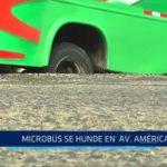 Microbús se hunde en avenida América Sur