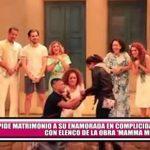 """Joven le pide matrimonio a su enamorada en complicidad con elenco de la obra """"Mamma Mia"""""""