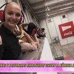 Reinas y bastoneras extranjeras visitan la fábrica de Coca Cola