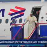 Papa Francisco rompe protocolos durante su arribo a Trujillo