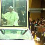 El Papa Fransisco se dirige a la Iglesia San Pedro