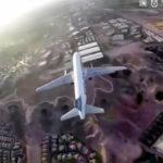 Dron vuela a pocos pies de la llegada de un avión comercial
