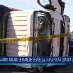 Chiclayo: Camión cargado de mangos se vuelca tras chocar contra ómnibus