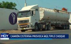 Camión cisterna provoca múltiple choque