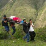 Trabajadores de salud de Piura trasladan a gestante por cerros y quebradas para salvarle la vida