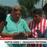 Santos Sáenz y  delegados protestan por monto