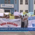 Chiclayo : Trabajadores de limpieza protesta en exteriores de hospital