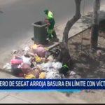 Obrero de SEGAT arroja basura en límite con Víctor Larco