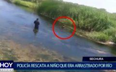 Piura: Agentes de la Policía rescatan a niño que era arrastrado por Río