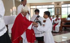 Arzobispo entregó albas y sotanas a ocho seminaristas del Seminario Mayor Arquidiocesano