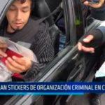 Hallan stickers de organización criminal en colectivos