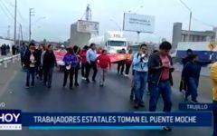 Trabajadores estatales toman el puente Moche
