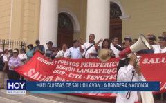 Chiclayo: Huelguistas de Salud lavan la bandera nacional