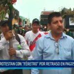 """Protestan con """"féretro"""" por retraso en pagos en SEGAT"""