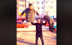 Ilusionistas asiáticos quedan al descubierto tras impensado acto