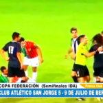 Futbolista enloquece y golpea a tres de sus rivales