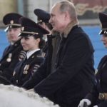 """Putin: """"A nosotros, los hombres, digámoslo de forma directa, a veces no nos resulta sencillo ser dignos de vosotras"""""""