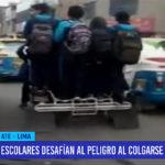 Lima: Escolares desafían al peligro al colgarse de mototaxi